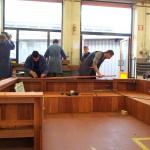 foto 5: leerlingen bevestigen beplanking
